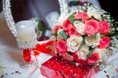 O espelho da rosa é espelho Velas, espelhos e rosas do acoplamento imagem de stock royalty free
