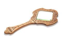 O espelho de madeira cinzelado vintage encontra-se em um fundo branco Imagem de Stock Royalty Free