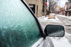 O espelho e as janelas de carro são cobertos com o gelo após a chuva de congelação Imagens de Stock
