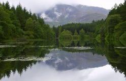 O espelho gosta de Lochan Fotos de Stock Royalty Free