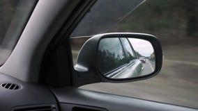 O espelho lateral direito em um carro video estoque