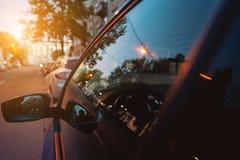 O espelho lateral e a janela refletem a rua imagens de stock