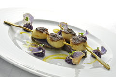 O espeto do prato de peixes das vieiras Crusted com arroz preto e roxo Imagem de Stock Royalty Free