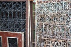 O esplendor de portas velhas e de Windows imagem de stock
