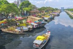 O esporte de barco ao longo do canal com abricó leva flores Fotos de Stock Royalty Free
