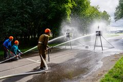 O esporte do fogo, bombeiro bate um jato da água no alvo, verão fotos de stock royalty free
