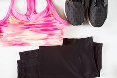 O esporte do preto do sutiã do esporte das mulheres cor-de-rosa arfa e sapatas pretas do esporte Fotografia de Stock