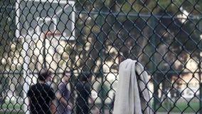 O esporte do streetball do basquetebol do jogo do homem novo suou a toalha da perspiração seca video estoque