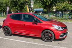 O esporte vermelho de Renault Clio RS estacionou na rua fotos de stock