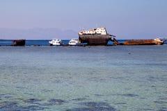 O esqueleto de um navio oxidado Fotografia de Stock