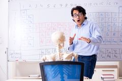 O esqueleto masculino novo do professor e do estudante do qu?mico foto de stock royalty free