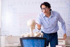 O esqueleto masculino novo do professor e do estudante do qu?mico fotos de stock royalty free