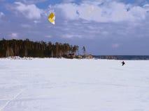 O esqui da pessoa com um paraquedas Fotografia de Stock Royalty Free
