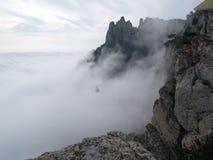 o Esqui-elevador aumenta à parte superior da montanha através das nuvens foto de stock royalty free