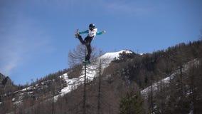 O esqui FIS Junior World Chanpionship do estilo livre, atleta salta o movimento lento vídeos de arquivo