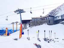 O esqui inclina-se nas montanhas da estância de esqui de Courmayeur Fotos de Stock