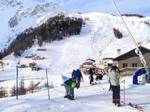 O esqui inclina-se nas montanhas da estância de esqui de Courmayeur Foto de Stock Royalty Free
