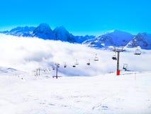 O esqui inclina-se nas montanhas do recurso do inverno de Chamonix, cumes franceses Foto de Stock