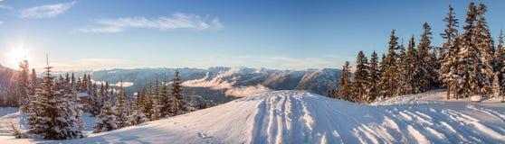 O esqui segue deixar cair fora de um cume, olhando para fora nas montanhas perto do assobiador, BC fotos de stock royalty free