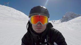 O esquiador acelera rapidamente o esqui em declive em montanhas do inverno video estoque