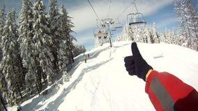 O esquiador aumenta nos elevadores de esqui Em torno do panorama e video estoque