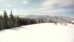 O esquiador aumenta nos elevadores de esqui Em torno do panorama e vídeos de arquivo