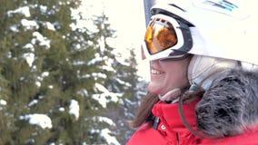 O esquiador caucasiano alegre e sorrindo da mulher escala Ski Lift Up vídeos de arquivo