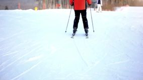 O esquiador desliza para baixo a montanha ao borrado vídeos de arquivo