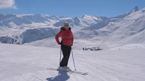 O esquiador desportivo da mulher está na inclinação da estância de esqui da montanha vídeos de arquivo