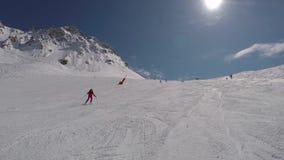 O esquiador do novato está esquiando para baixo em Ski Slope In The Mountains vídeos de arquivo