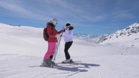 O esquiador está em uma montanha, seu amigo Rolls para baixo a ela e dá cinco vídeos de arquivo