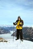 O esquiador está na cimeira da montanha imagens de stock