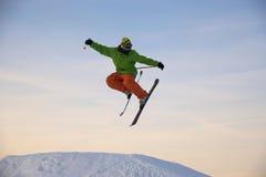 O esquiador está saltando Imagens de Stock Royalty Free