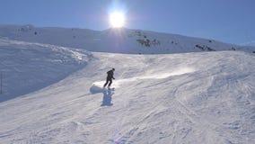 O esquiador gerencie profissionalmente e graciosamente cinzelando em uma inclinação do esqui vídeos de arquivo