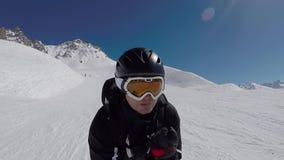 O esquiador no esqui alpino acelera rapidamente em Ski Slopes In The Mountains vídeos de arquivo