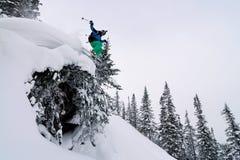 O esquiador que salta altamente Fotografia de Stock Royalty Free