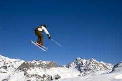O esquiador que salta altamente no ar Imagem de Stock