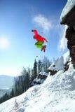 O esquiador que salta contra o céu azul da rocha fotografia de stock royalty free