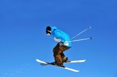 O esquiador que salta para trás Imagens de Stock