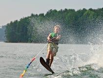 O esquiador que salta sobre a vigília fotos de stock