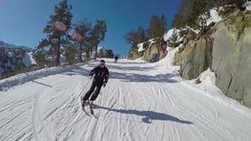 O esquiador rola para baixo a inclinação de cinzeladura do esqui do inverno nas montanhas video estoque