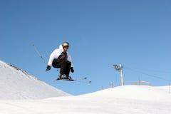 O esquiador salta Imagens de Stock Royalty Free