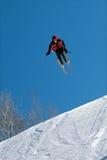 O esquiador salta altamente Fotografia de Stock Royalty Free