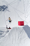 O esquiador salta no parque da neve, estância de esqui Fotografia de Stock Royalty Free