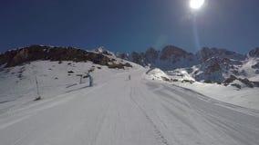 O esquiador toma no gopro, girando o seu traseiro como a mulher adulta do esqui video estoque