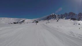 O esquiador toma no gopro, girando o seu traseiro como a mulher adulta do esqui filme