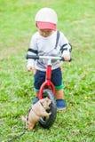 O esquilo e o menino gigantes da criança de 2 anos jogam com esquilo gigante Imagens de Stock