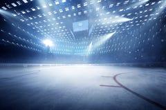 O estádio do hóquei com fãs aglomera-se e uma pista de gelo vazia ilustração do vetor
