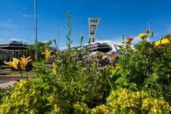 O Estádio Olímpico de Montreal como visto atrás de um arranjo de flor colorido fotos de stock