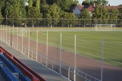 O estádio provincial, crianças é treinado para jogar o futebol e para marcar a bola no objetivo Fotos de Stock